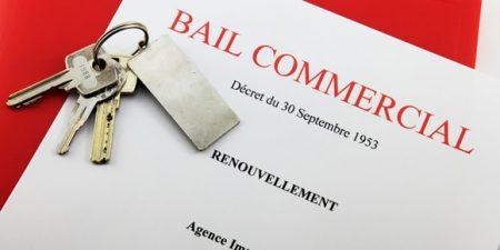 un trousseau de clés posé sur un document de renouvellement de bail commercial