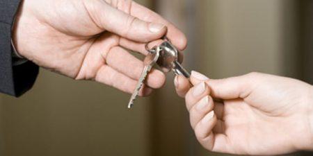 transmission d'un trousseau de clés d'une main à une autre