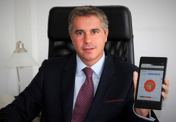 un homme montre sur une petite tablette un schéma de l'application proposé par la start-up