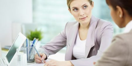 deux femmes au travail échangeant