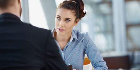 une femme reçoit une autre personne en entretien professionnel