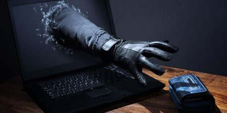 main sortant d'un ordinateur s'emparant d'un portefeuille : cybercriminalite