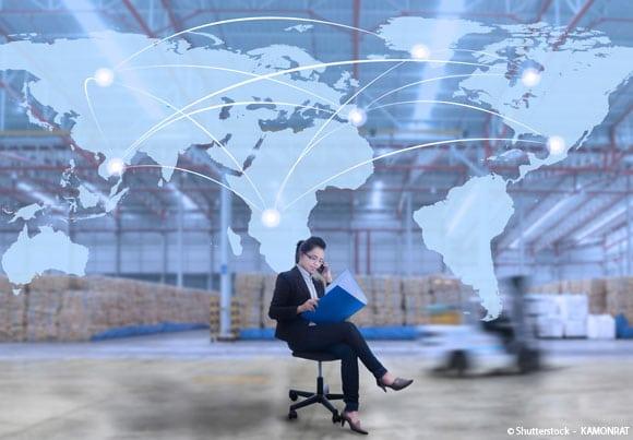 crédit documentaire une femme assise téléphonant, derrière elle une carte du monde avec des liens entre les régions