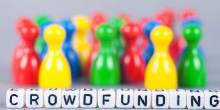 crowdfunding écrit avec des perles carré de lettres, au second plan des petits pions de couleur vive