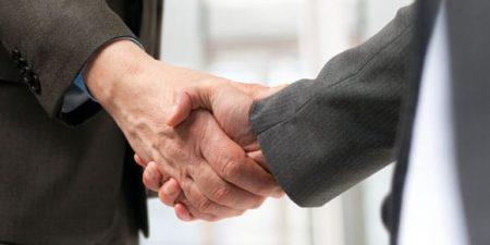 la conclusion d'un prêt entre entreprises peut s'illustrer par deux mains qui se serrent