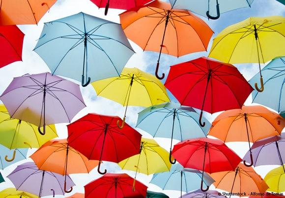 une multitude de parapluies, symboles classique de l'assurance car évoquant le fait de protéger