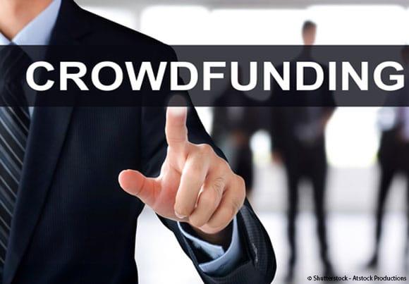 """des pièces de monnaie dans une conserve de verre étiquetée """"crowdfunding"""""""