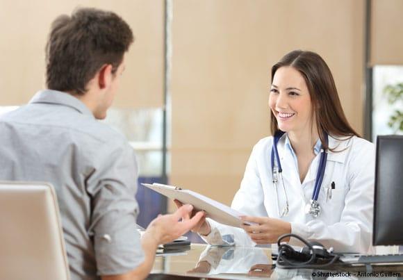une femme médecin en consultation avec un patient
