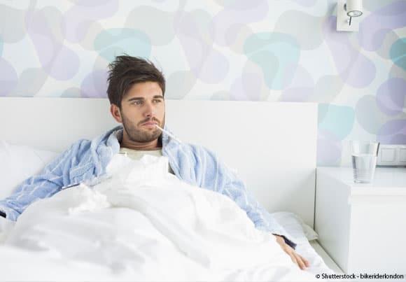 un homme malade dans son lit