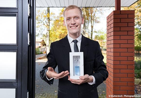 un homme fait du porte à porte pour vendre à domicile
