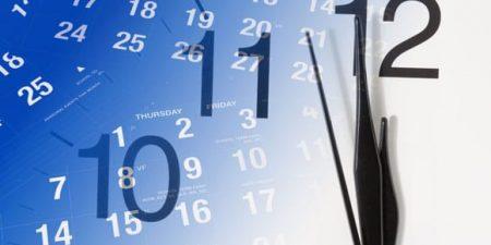 Des aiguilles d'horloge sur un calendrier