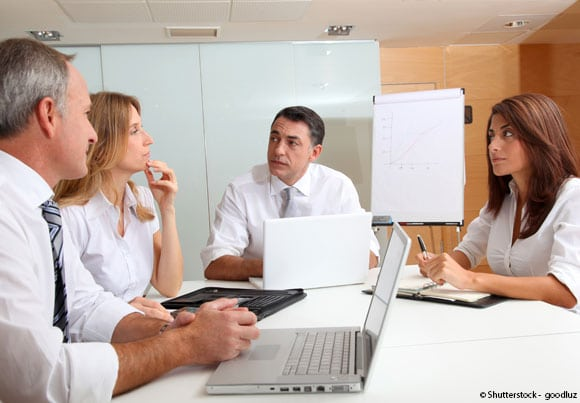 une réunion de travail pour évoquer la transmission d'entreprise aux salariés
