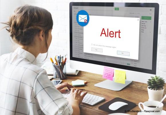 Une personne reçoit un message d'alerte sur son écran d'ordinateur