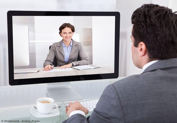 quelqu'un regardant un cv vidéo sur un ordi