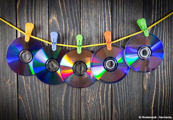 une série de CD-roms accrochés à un fil
