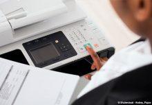 dans le processus de numérisation des factures, une personne scanne un document