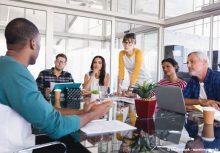 un groupe de personnes en réunion pour représenter l' intelligence collective