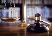 une balance et un marteau pour symboliser la loi de finances