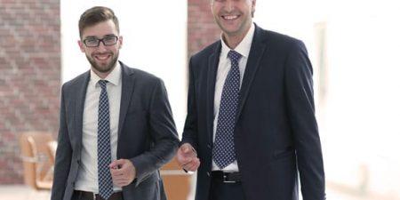 deux hommes afin d'illustrer l'importance d'être bien accompagné pour un repreneur d'entreprise