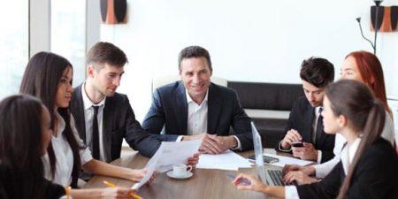 ensemble de personnes en réunion pour évoquer les bénéficiaires effectifs