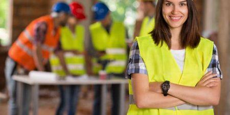 un travailleur etranger avec un casque et un gilet sur un chantier